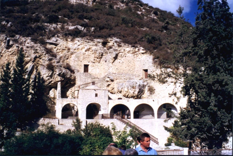 Besuch des Neóphytos-Kloster, etwa 10km nordöstlich von Páphos. Dieses Kloster ist teilweise in den Felsen hineingebaut. Der hl. Neóphytos legte im 12. Jh. eine Felsenhöhle, die Enkleistra, eigenhändig an. Im 15. Jh. wurde in unmittelbarer Nähe das große Kloster erbaut. Für Besucher sind sogar Übernachtungsmöglichkeiten im Gästetrackt des Klosters vorhanden. Zu Feiertagen herrscht hier Hochbetrieb.