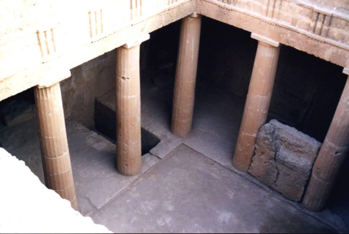 Die Königsgräber von Nea Páphos aus dem 3. Jh. v. Chr. sind ein Pflichtbesuch. Allerdings ist diese Bezeichnung irreführend, da es zu dieser Zeit schon keine Könige mehr auf Zypern gab. Diese Peristylgräber sind in den Felsen gehauen worden und größtenteils unterirdisch angelegt.