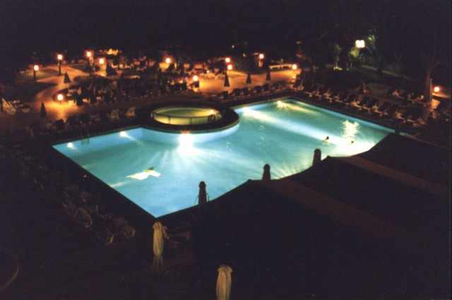 Swimmingpool bei Nacht